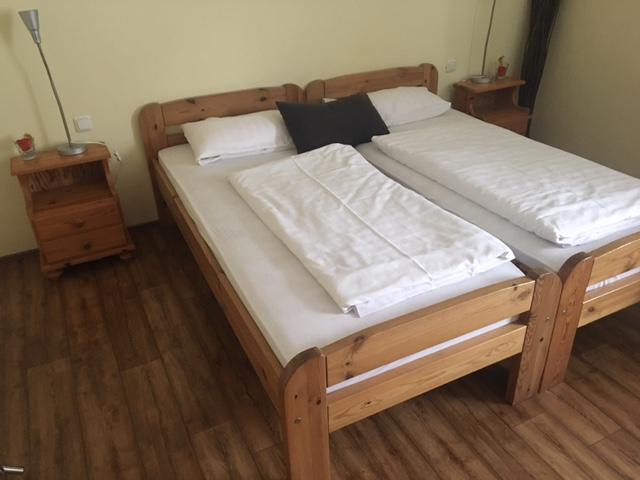 zu sehen: Doppelbett minimalistisch aus sehr schönen Massivholz