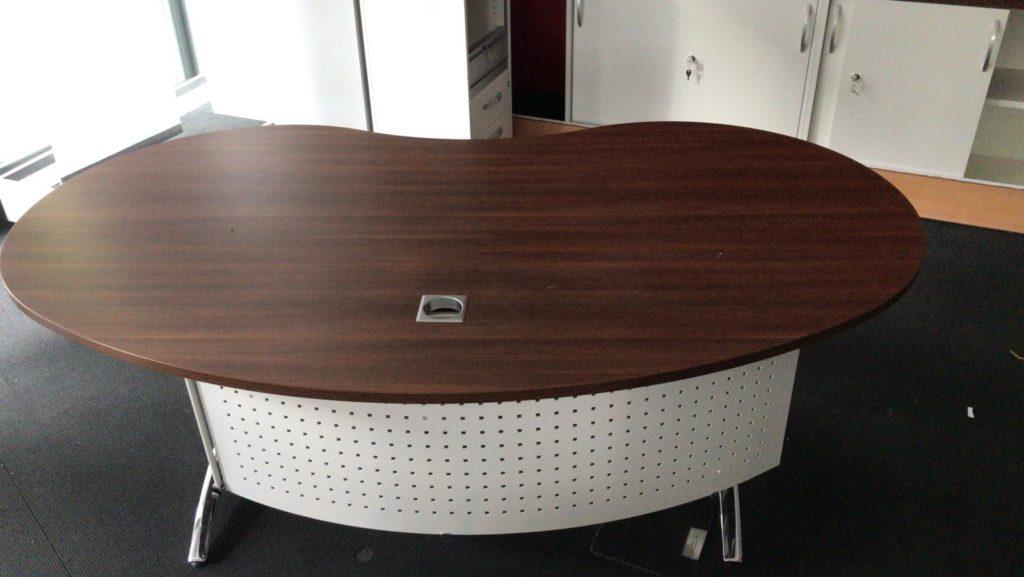 zu sehen ein etwa 2 meter breiter, sehr repräsentativer Schreibtisch der sich auch als Empfangstisch eignet