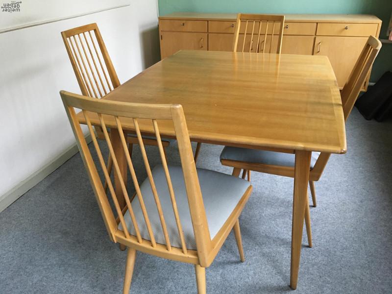 zu sehen: Esszimmertisch und Holzstühle vermutlich 60erjahre