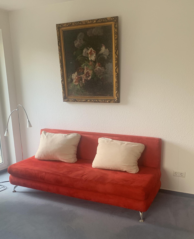 zu sehen: rotes Sofa ohne Armstützen