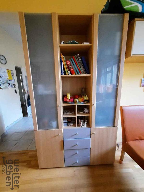 zu sehen: Schrank mit 4 Schubläden und 7 offenen Bereichen und 4 Türen