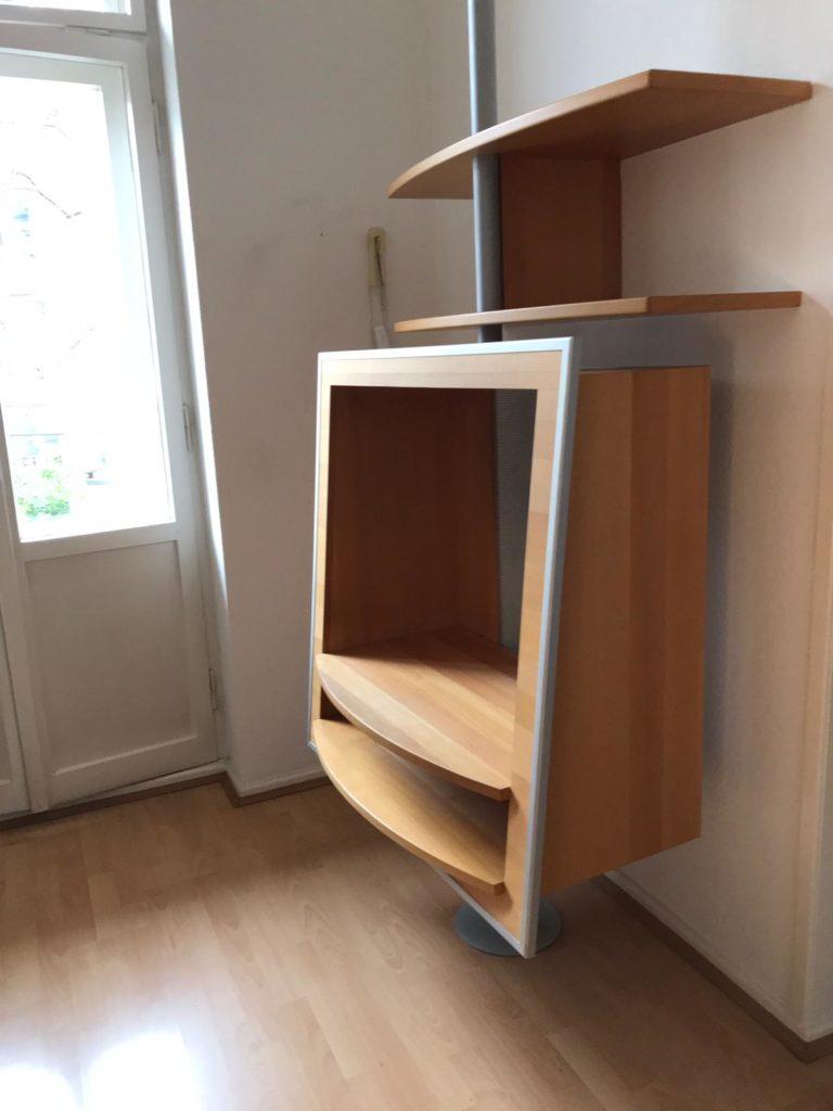 zu sehen: eine ausgefallenes und hochwertiges Gehäuse für einen Fernsehern plus drei Ablageflächen