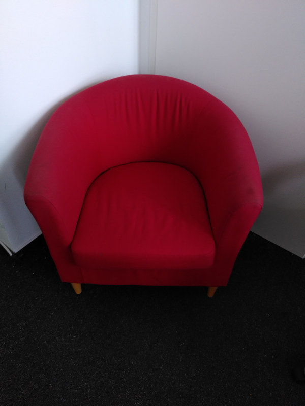 zu sehen: auffallend, schöner roter Sessel