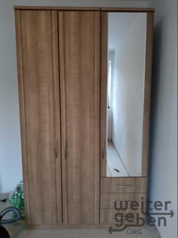 dreitüriger Kleiderschrank eine Tür verspiegelt