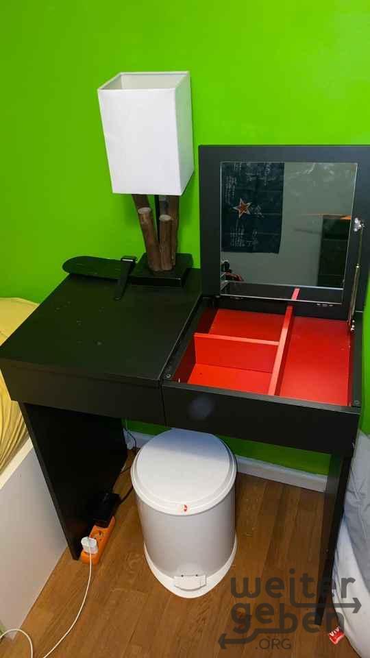 zu sehen ein kompakter Schmiktisch, die Tischplatte ist zum umklappen und bietet ausgeklappt einen großen Spiegel und die Öffnung zu den Schmückfächern