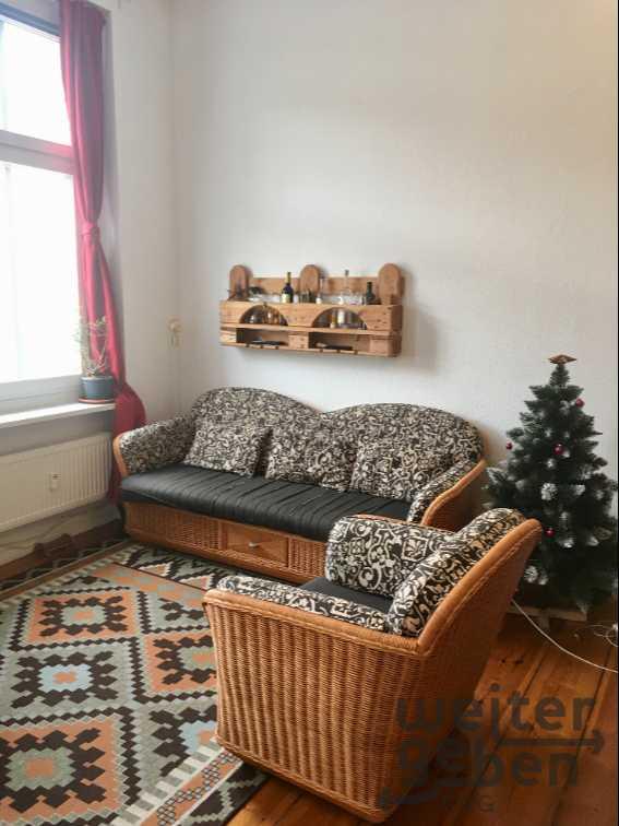 zu sehen: 3Sitzer Sofa korbgeflecht und mit schönem Stoffpolster verkleidet sowie ein 1Siter Sessel gleicher Bauart