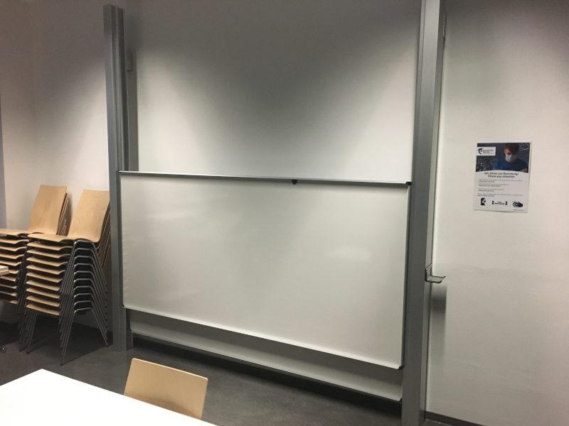 zu sehen: zwei große Schultafel die hoch / runter verschoben werden können
