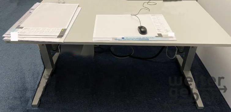 manuell höhenverstellbare Bürotische, links und rechts ein Tischbein