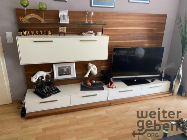 moderne Wohnzimmerwand inkl. großer Fernsehauflage in Berlin
