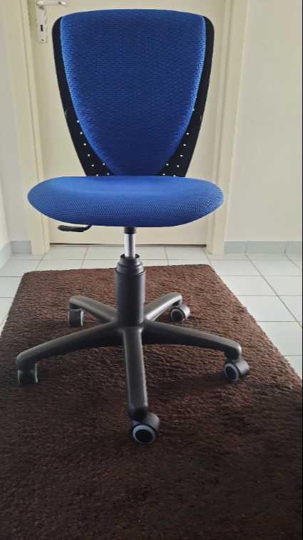 schöner, futoristischer Bürostuhl ohne Lehnen in blau