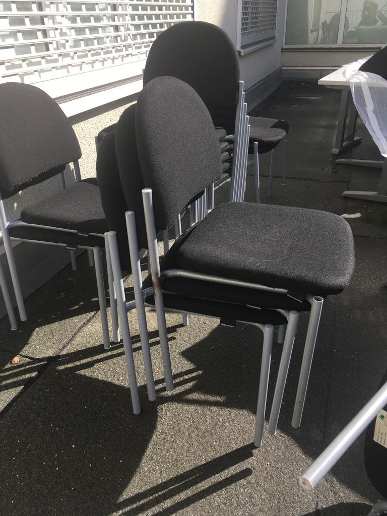 stapelbare Stühle, Metallgestell mit Stoffpolsterung