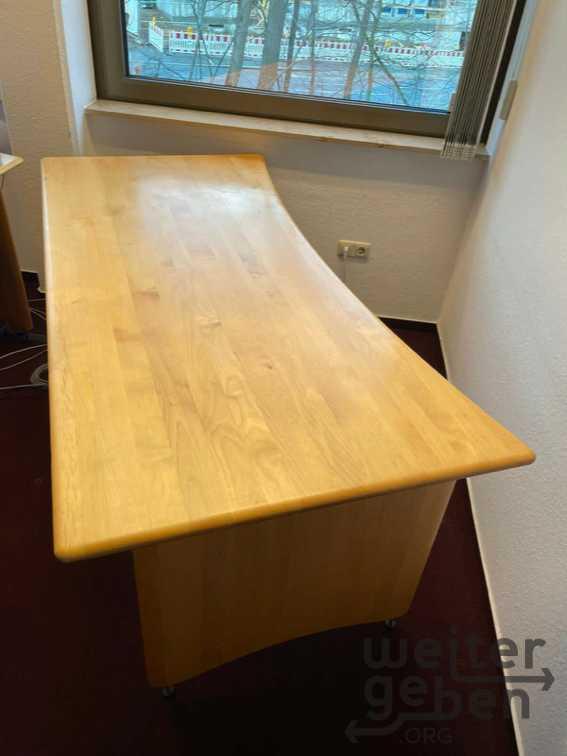 Bild: massiver, robuster Schreibtisch aus Buchen-Echtholz
