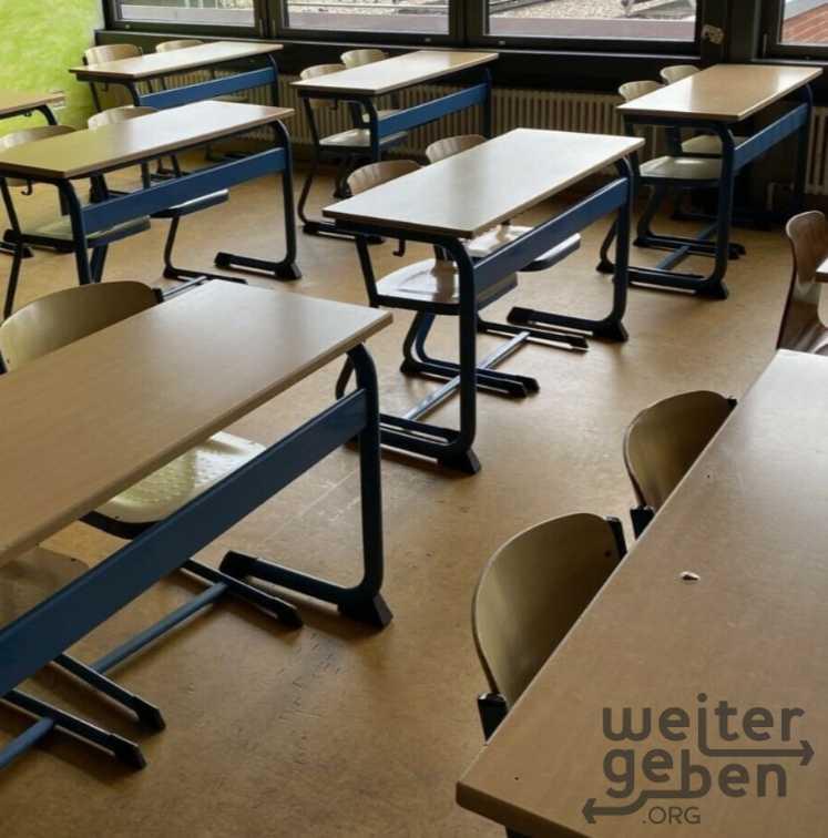Klassenzimmer mit Schulstühlen und Schulstühlen