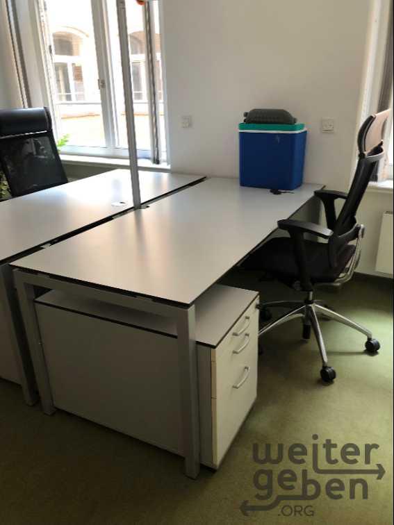 zu sehen: Bürokombi aus 1,8m Schreibtisch Rollcontainer und Bürostuhl