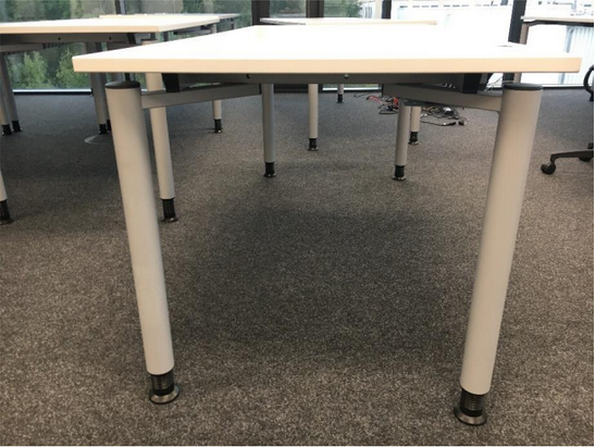 zu sehen: ein rechteckiger Universaltisch bzw. Arbeitstische welcher unten an den Tischfüßen, manuell um wenige Zentimeter in der Höhe verstellbar ist