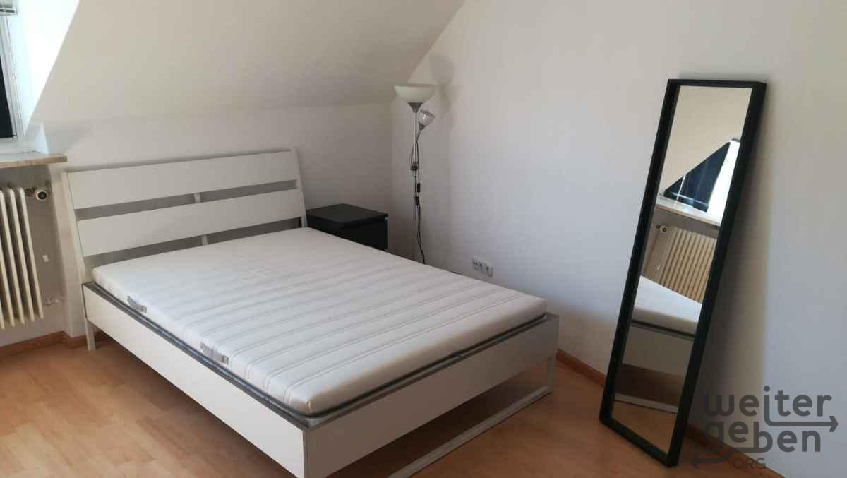 großes Bett mit Matratze in München