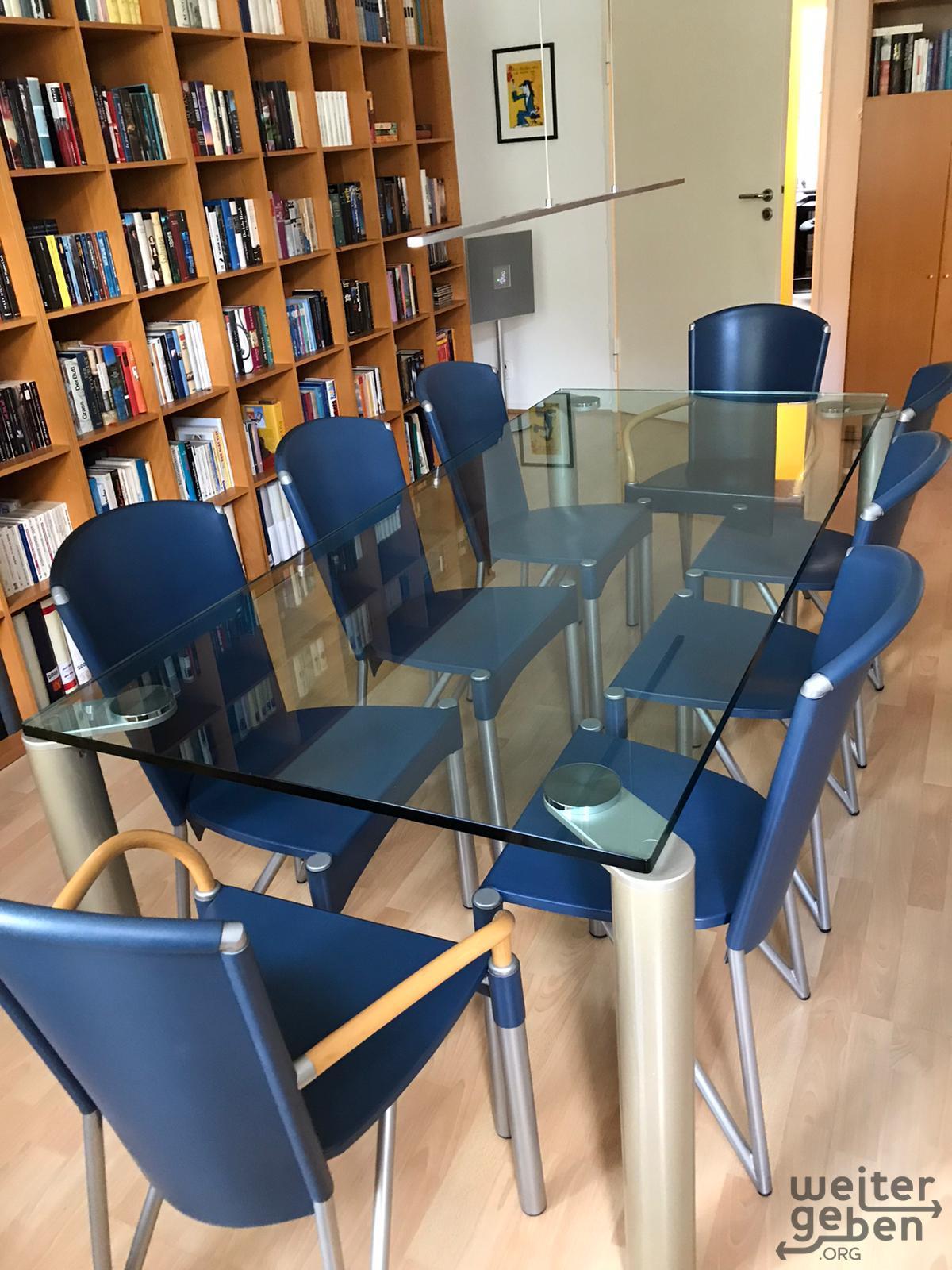 Glastisch mit 8 Stühlen in Berlin