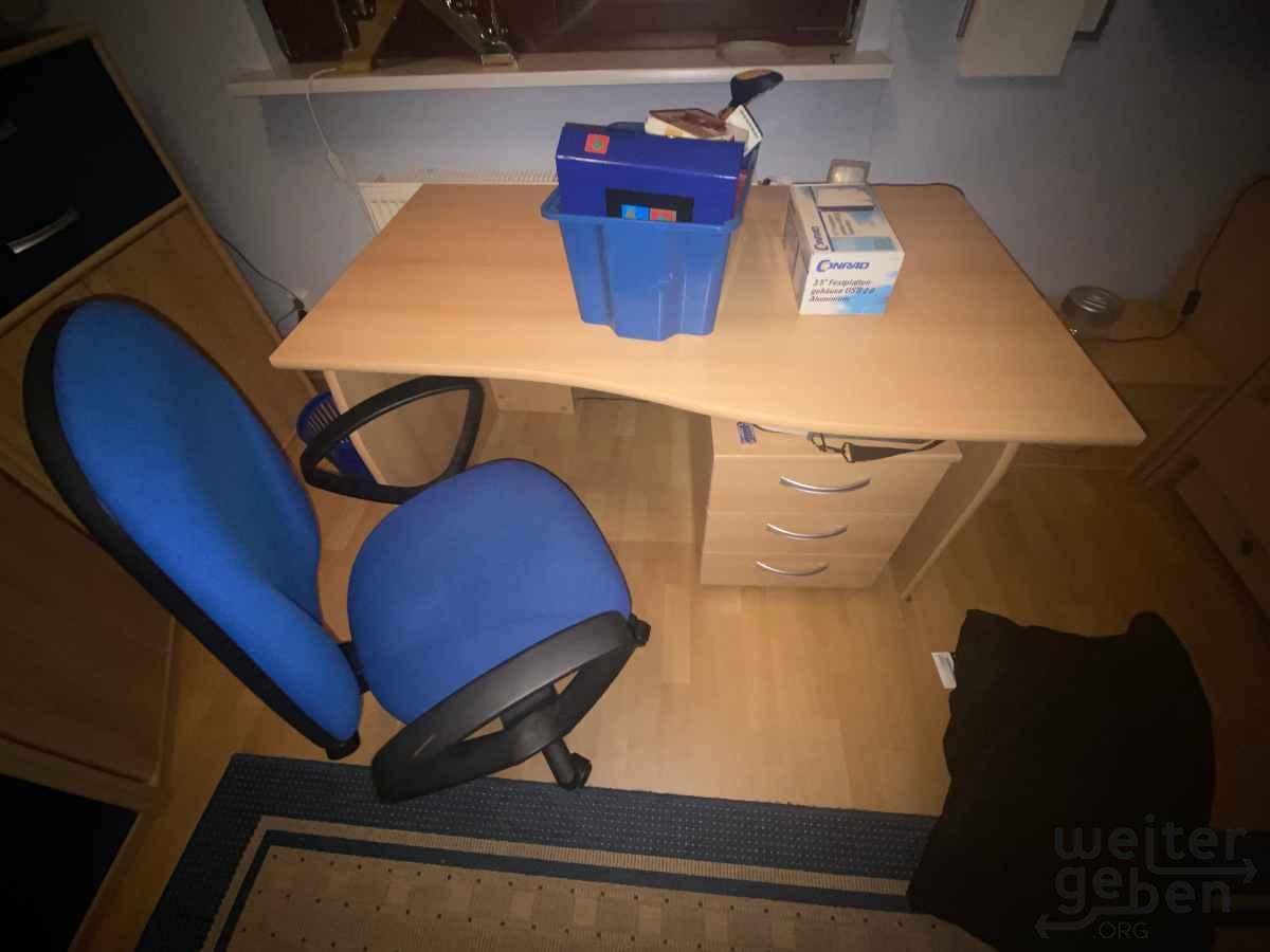 Schreibtisch mit Stuhl in Berlin
