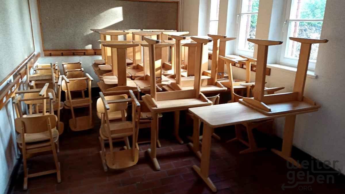 Schulstühle und -tische in Eschede