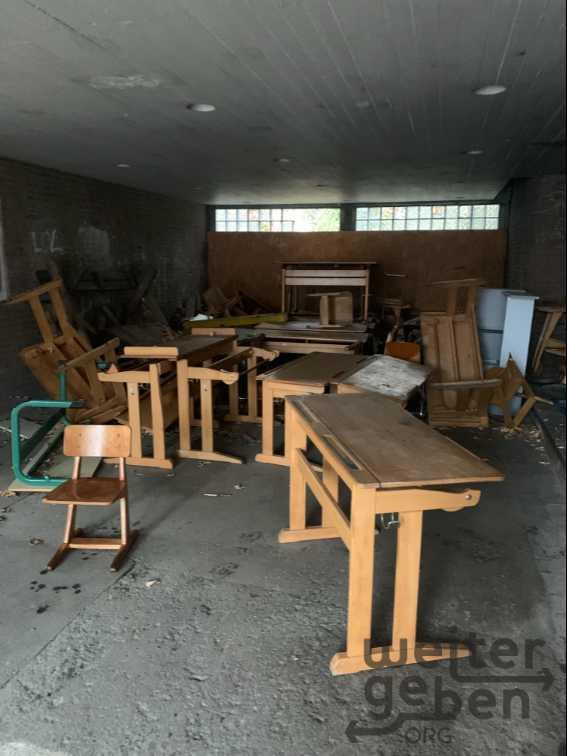 alte Schultische und Schulstühletühle  in Duisburg
