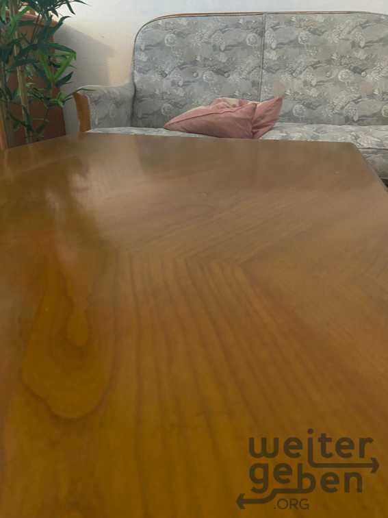 Tisch mit Sofa in Berlin