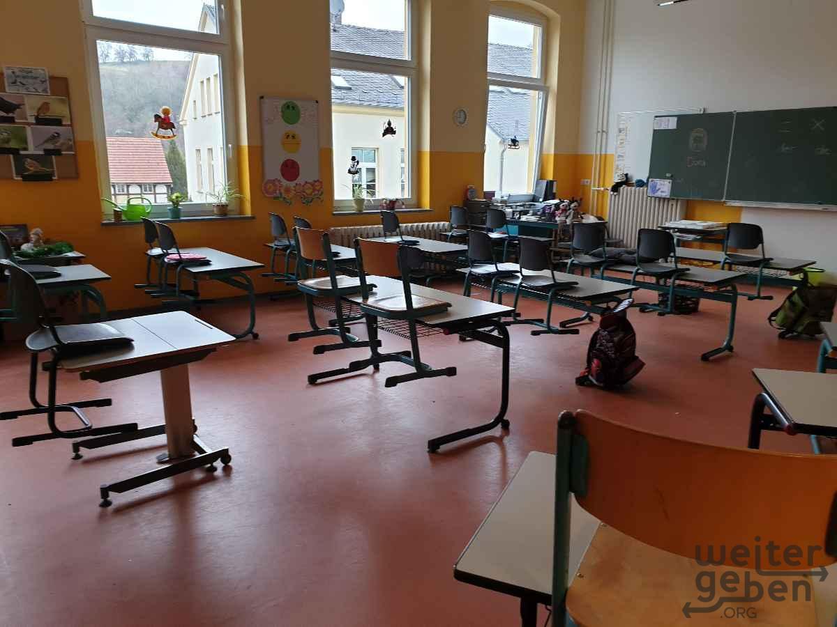 Schultische und Schulstühle in Neukirchen / Pleiße