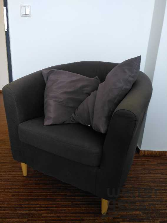 grauer Sessel mit Kissen in Berlin